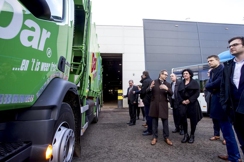 WEURT 12-02-2015. Nijmegen, 12 februari 2016. Vandaag bezocht minister van Financiën, Begroting en Energie Annemie Turtelboom samen met PitPoint clean fuels een openbaar vervoersproject in het Nederlandse Nijmegen. De stadbussen en vuilniswagens rijden er op biogas – geproduceerd uit het groente-, fruit- en tuinafval (gft) van de regio. Vervangen Belgische biogasbussen binnenkort de diesel-, Euro 6-, hybride- en elektrische voertuigen?