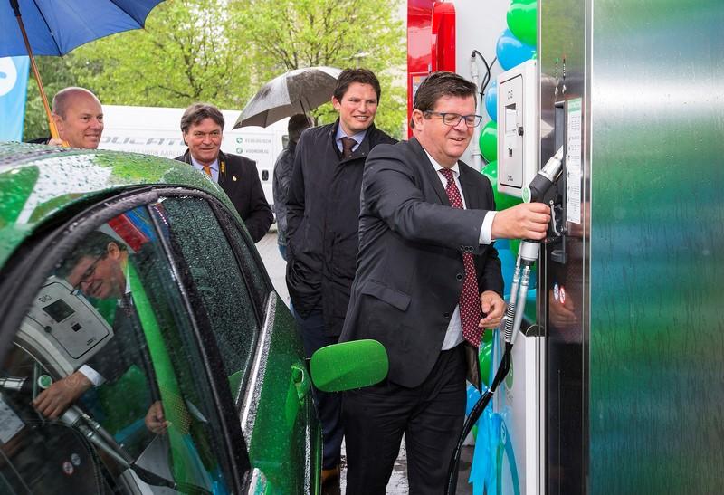 Minister Tommelein en CNG-tankzuil (Kopie)
